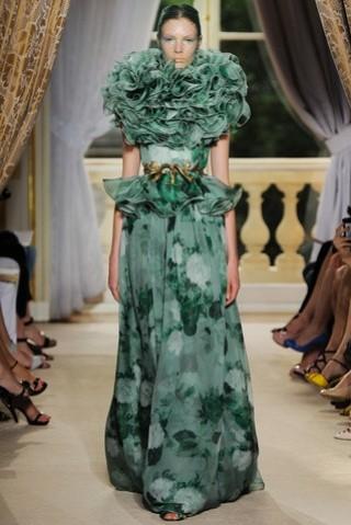 giambattista-valli-coleccion-alta-costura-oi-2012-13-vestido-largo-estampado-floral-verde-con-volantes-en-cuello-y-cintura